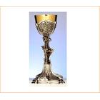 Cáliz de plata asimétrico con elementos litúrgicos cincelados