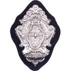Benditera de plata con elementos litúrgicos en relieve