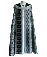 Capa pluvial de tela brocada negra con JHS bordado