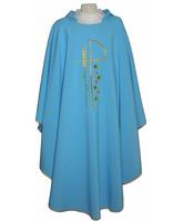 Casulla de color celeste con bordados litúrgicos