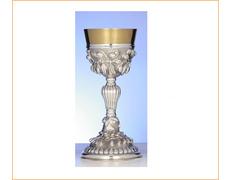 Cáliz de plata con ornamentación en relieve