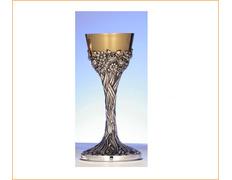 Cáliz de plata con decoración cincelada