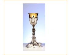 Cáliz de plata con elementos litúrgicos en relieve