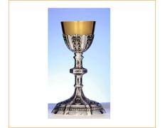 Cáliz de plata con pie, nudo y copa cincelados