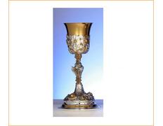 Cáliz de plata con relieves dorados