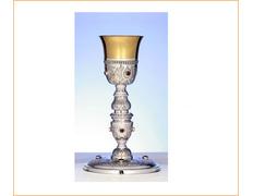 Cáliz de plata cincelado con piedras