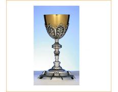 Cáliz de plata cincelado con copa dorada