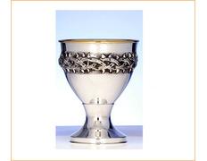 Cáliz de plata con corona de espinas en relieve