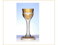 Cáliz de plata liso con racimos de uvas dorados