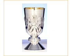 Cáliz de plata de ley con relieves en la copa