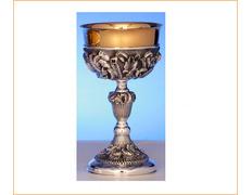 Cáliz de plata decorado con elementos litúrgicos
