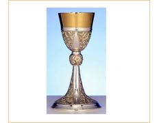 Cáliz de plata con elementos dorados en relieve