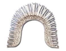 Aureola de plata con diadema ornamentada en relieve