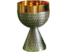 Cáliz en metal cincelado con baño de oro