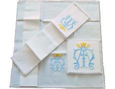 Conjunto de altar con el símbolo mariano bordado