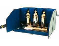 Tres crismeras bañadas en oro con soporte