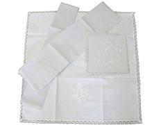 Conjunto de altar con JHS bordado en hilo blanco