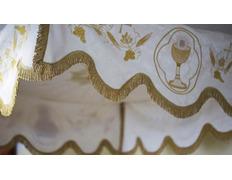 Palio procesional con elementos religiosos bordados