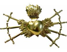 Sagrado corazón dorado con espadas
