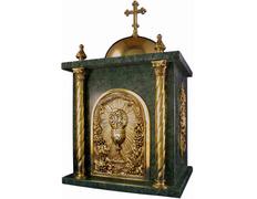 Sagrario de bronce y mármol con cáliz cincelado