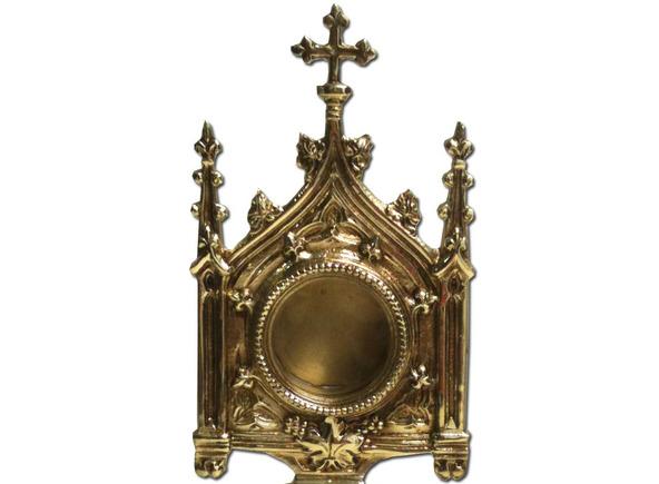 Relicario de bronce fabricado en estilo gótico